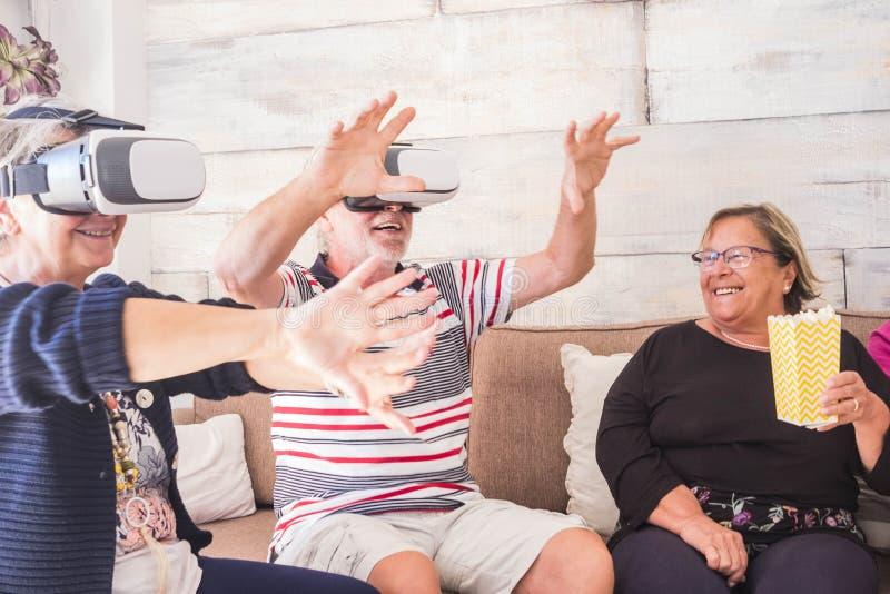 Grupo do partido de superior em casa com auriculares dos óculos de proteção fotos de stock