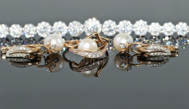 Grupo do presente de joia do ouro com pérolas fotos de stock royalty free