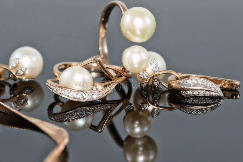 Grupo do presente de joia do ouro com pérolas fotografia de stock