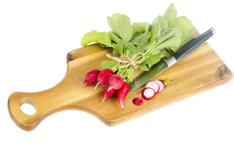 Grupo do rabanete vermelho fresco na placa de corte de madeira para cozinhar foto de stock royalty free
