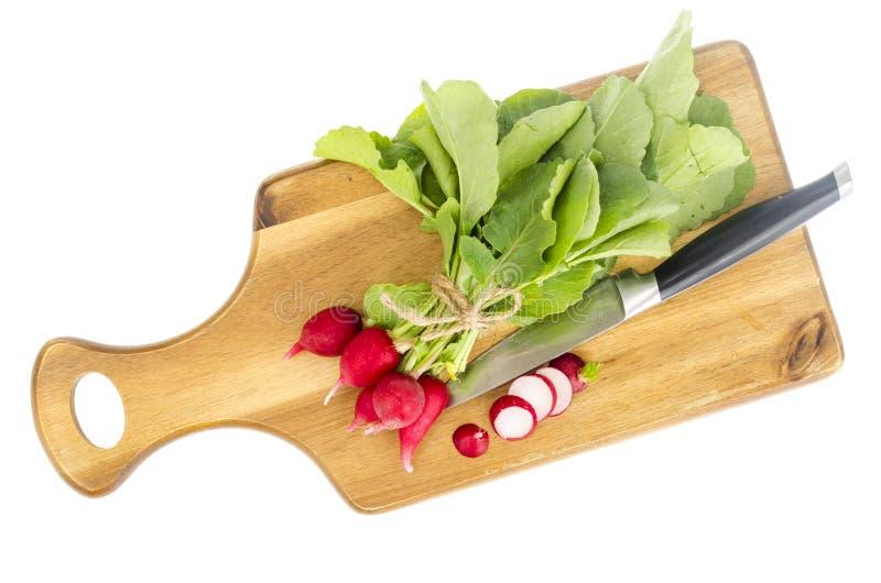 Grupo do rabanete vermelho fresco na placa de corte de madeira para cozinhar imagem de stock royalty free