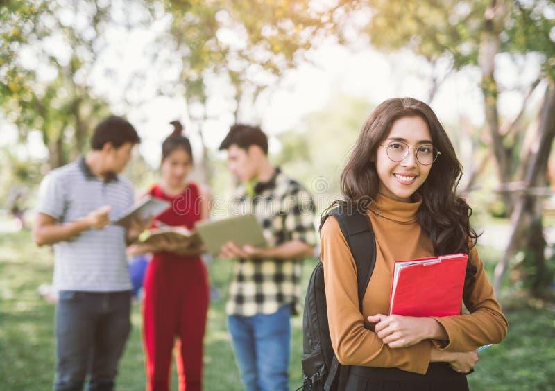 Grupo do retrato de estudantes adolescentes asiáticos felizes com dobradores da escola fotografia de stock royalty free