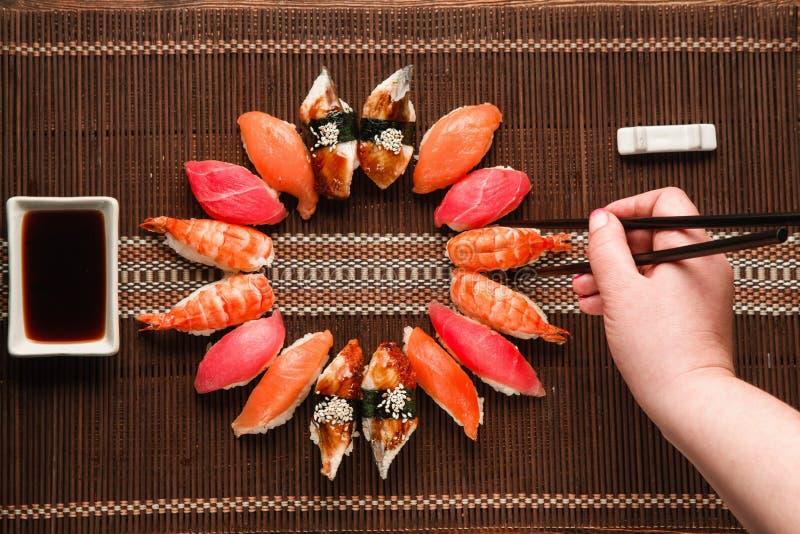Grupo do sushi de Nigiri, configuração lisa Marisco japonês fotografia de stock royalty free