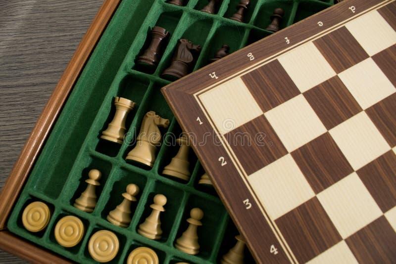 Grupo do tabuleiro de xadrez com a xadrez feita com madeira foto de stock royalty free
