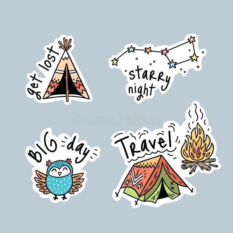 Grupo do vetor de etiquetas, de remendos ou de pinos dos desenhos animados para acampar ilustração stock