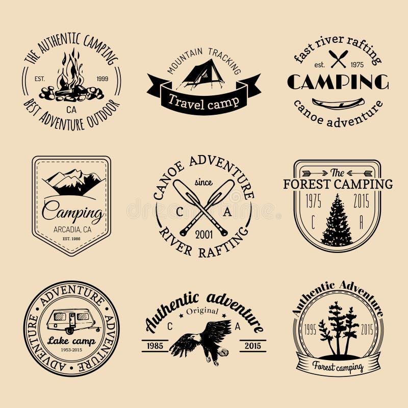 Grupo do vetor de logotipos de acampamento Emblemas ou crachás do turismo Assina a coleção de aventuras exteriores com elementos  ilustração royalty free
