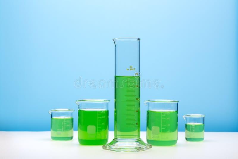 Grupo do vidro do laboratório enchido com as substâncias coloridas fotos de stock royalty free
