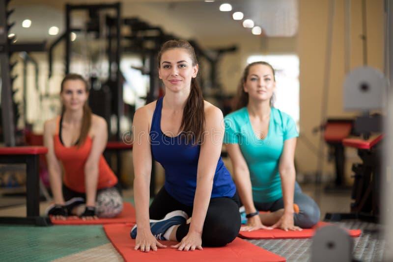 Grupo do wome novo n que faz exercícios no gym fotos de stock