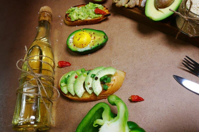 Grupo dos abacates orgânicos maduros crus inteiros e partidos ao meio no mercado dos fazendeiros Bruschetta com abacate, especiar imagens de stock royalty free