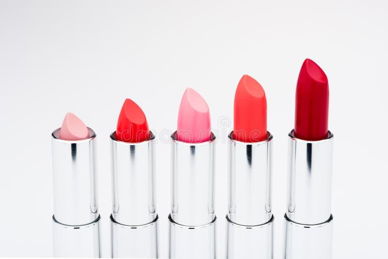 Grupo dos batons matte em cores vermelhas e naturais fotos de stock