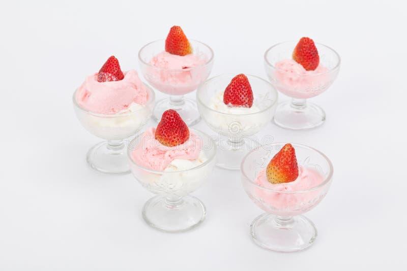 Grupo dos copos de vidro com gelado de morango fotografia de stock royalty free