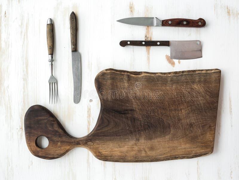 grupo dos Cozinha-mercadorias Placa de desbastamento rústica velha feita fotos de stock royalty free