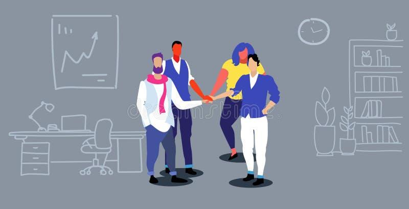 Grupo dos empresários que colabora guardando os executivos do conceito do espírito de equipe das mãos da pilha que estão junt ilustração royalty free