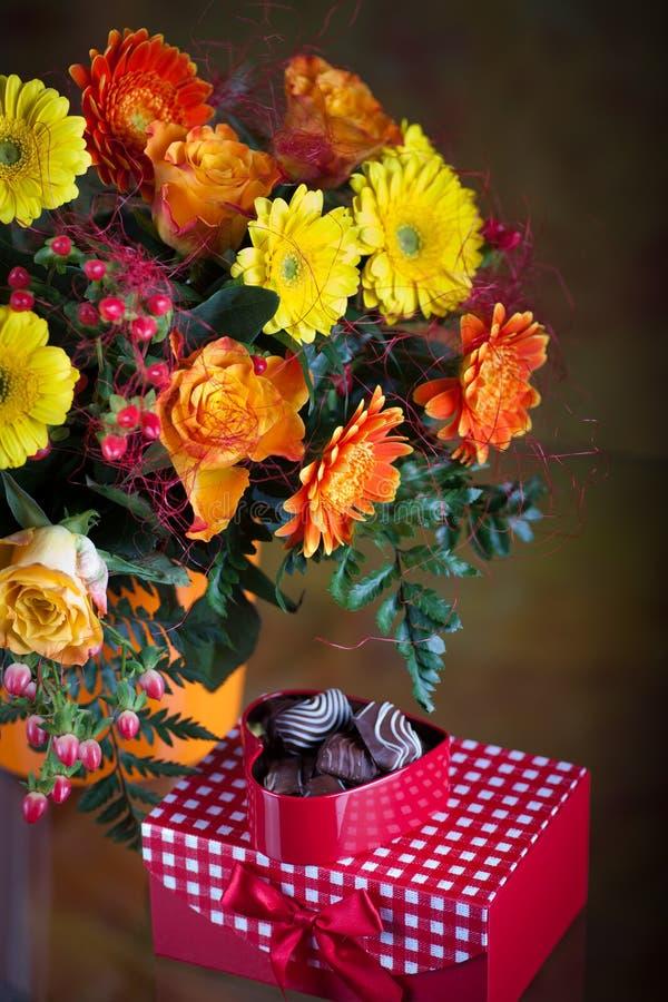 Grupo dos gerberas e das rosas foto de stock royalty free