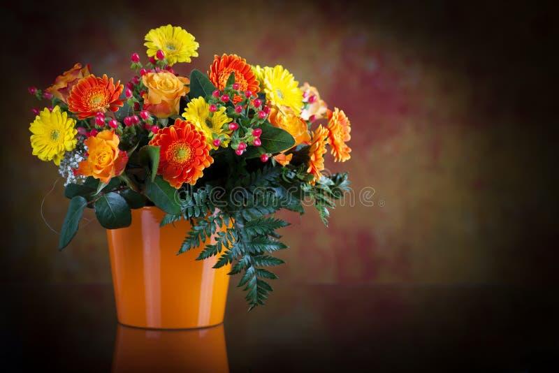 Grupo dos gerberas e das rosas fotos de stock