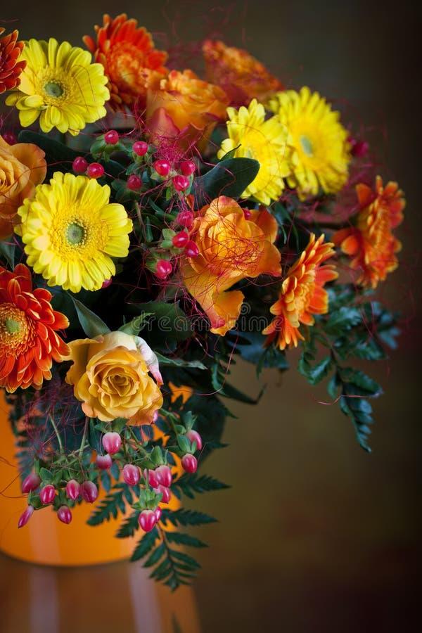 Grupo dos gerberas e das rosas imagens de stock royalty free