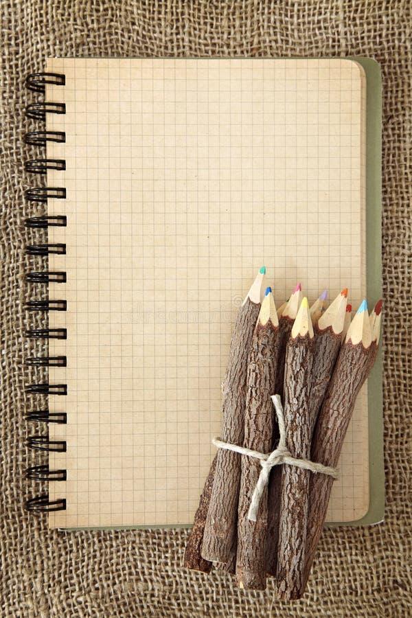 Grupo dos lápis e do caderno foto de stock