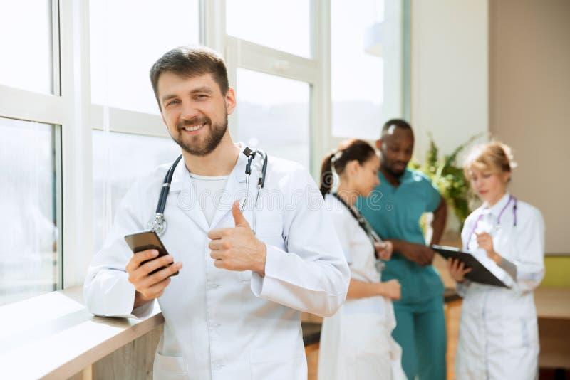 Grupo dos povos dos cuidados m?dicos Doutores profissionais que trabalham no escrit?rio ou na cl?nica do hospital fotografia de stock