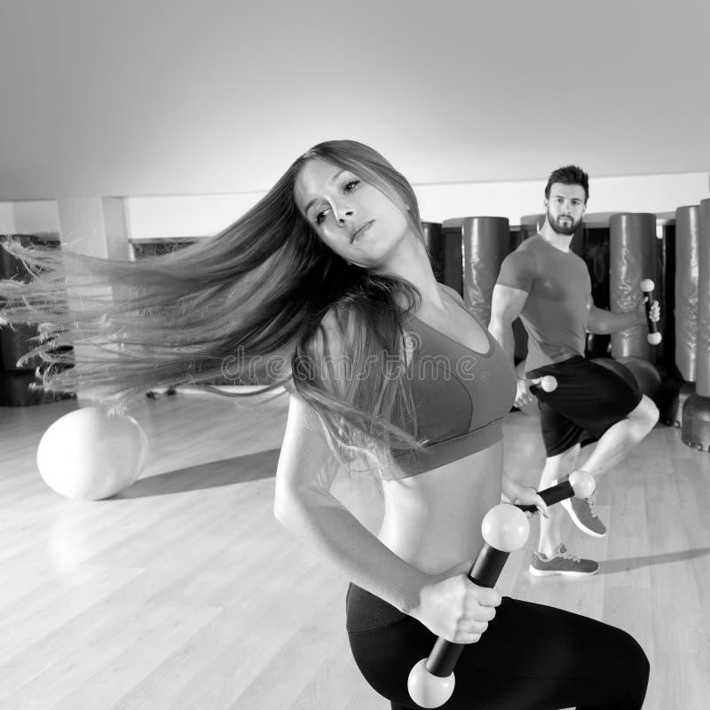 Grupo dos povos da dança de Zumba cardio- no gym da aptidão fotografia de stock