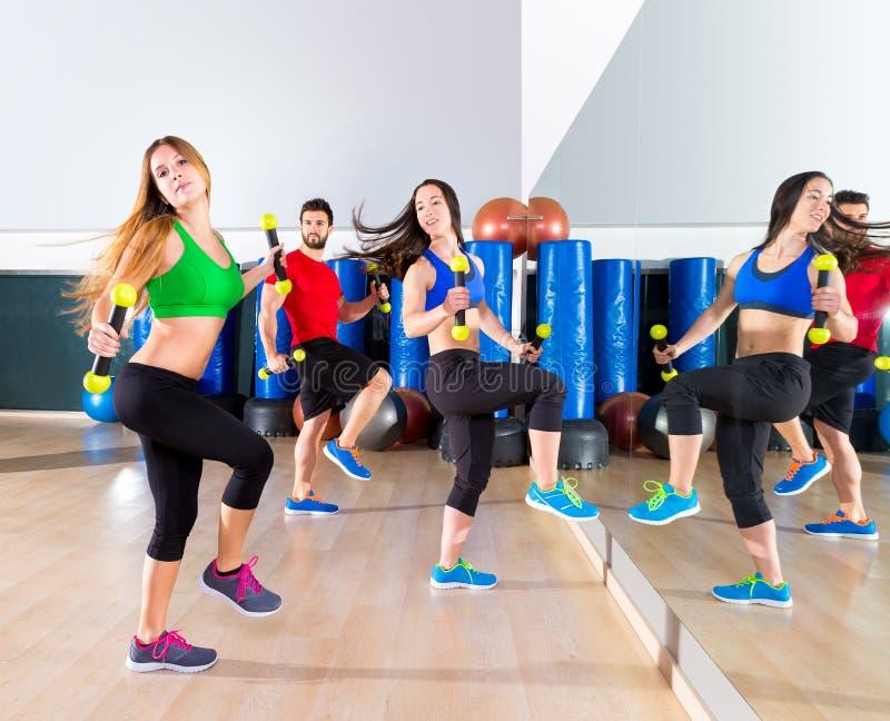 Grupo dos povos da dança de Zumba cardio- no gym da aptidão fotos de stock royalty free