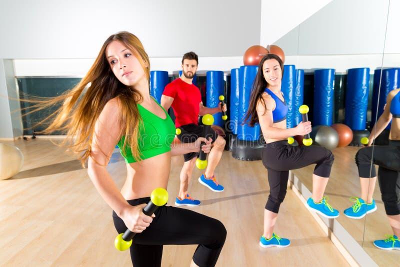 Grupo dos povos da dança de Zumba cardio- no gym da aptidão foto de stock royalty free