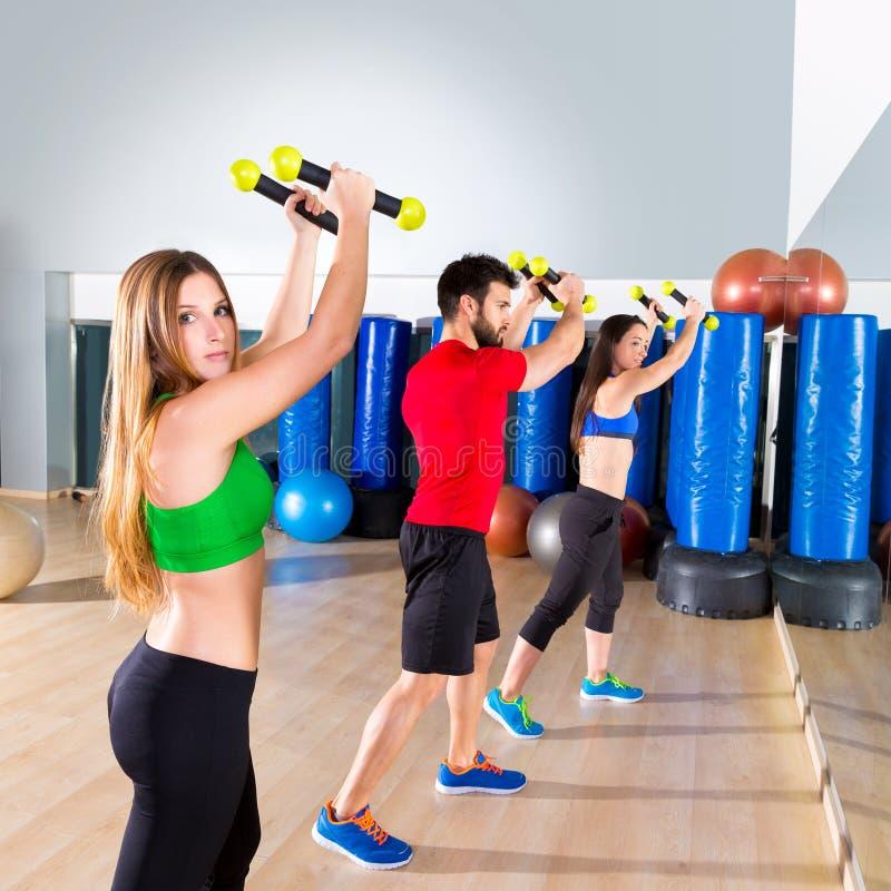 Grupo dos povos da dança de Zumba cardio- no gym da aptidão fotos de stock