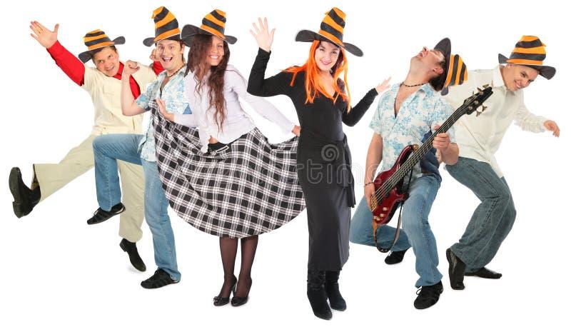 Grupo dos povos da dança em chapéus de Halloween fotografia de stock royalty free