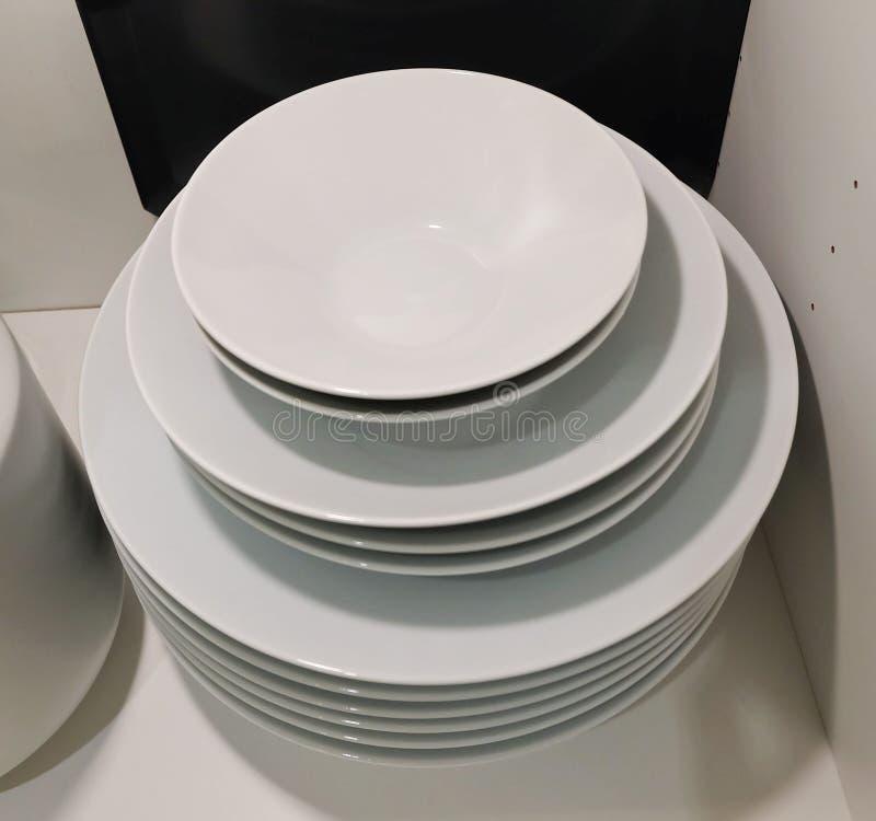 Grupo dos pratos cerâmicos, das bacias e das placas brancos imagens de stock royalty free