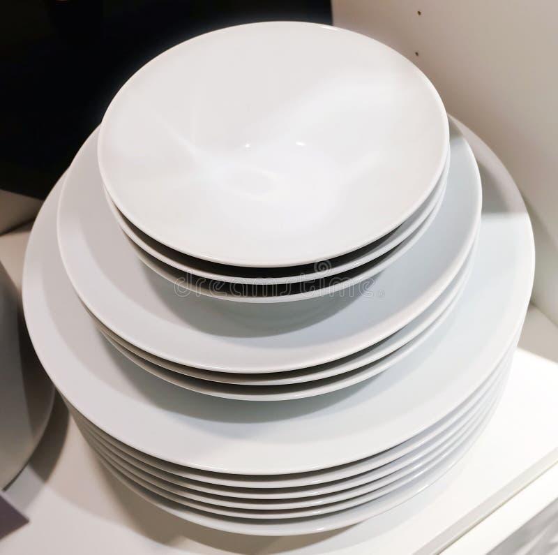 Grupo dos pratos cerâmicos, das bacias e das placas brancos fotografia de stock royalty free