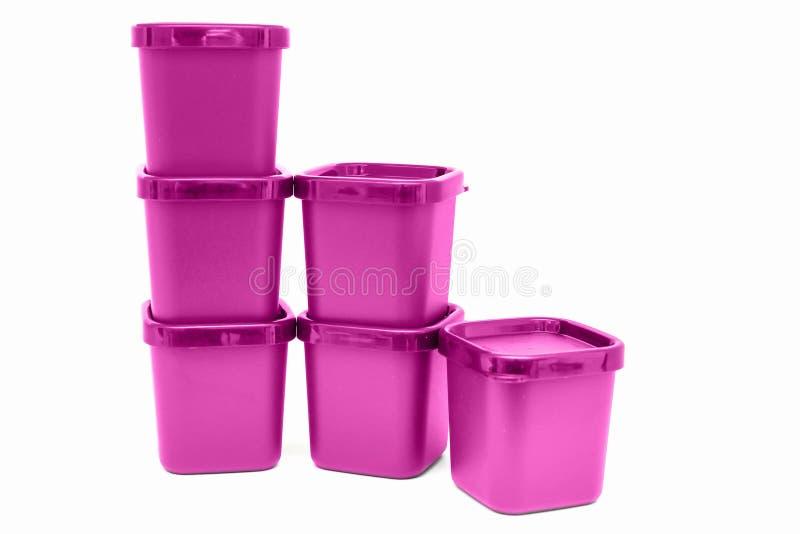 Grupo dos recipientes de alimento plásticos violetas isolados imagens de stock royalty free
