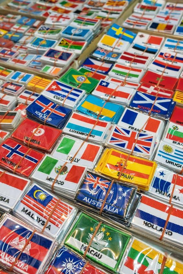 Grupo dos remendos com as bandeiras de país do mundo Fundo bordado das bandeiras imagens de stock royalty free
