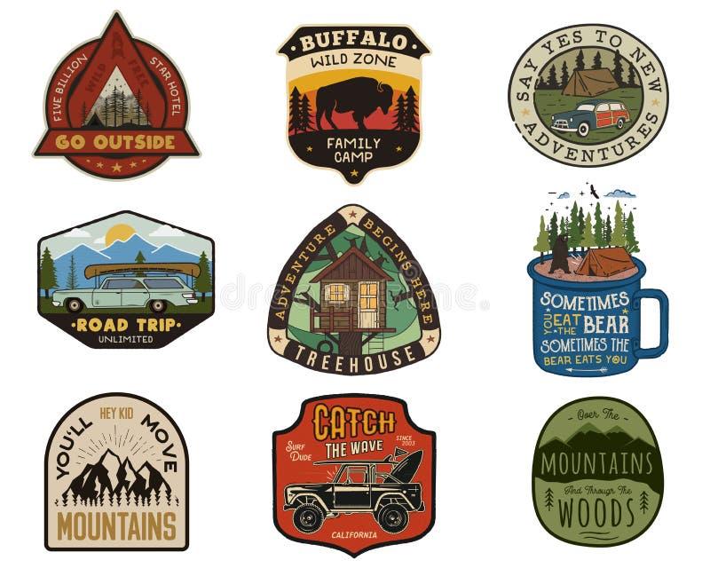 Grupo dos remendos dos logotipos do curso do vintage Projetos de acampamento tirados mão das etiquetas Expedição da montanha, via ilustração stock