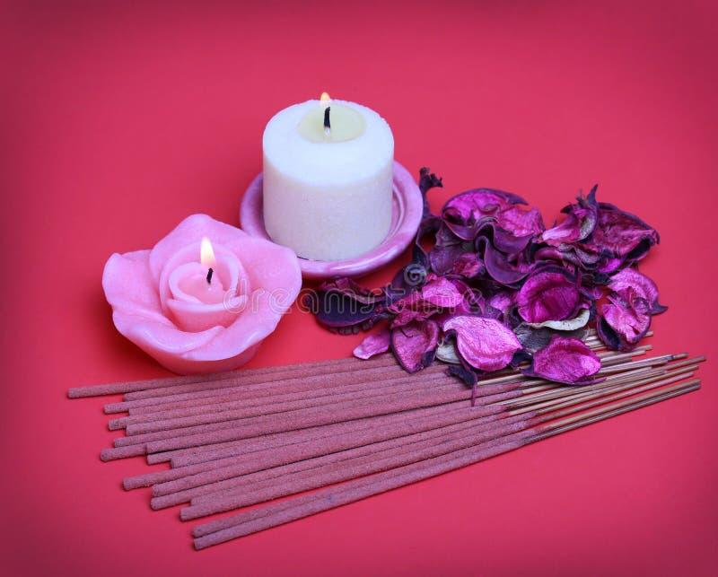 Grupo dos termas. As velas ardentes com rosas secaram as folhas, varas do incenso foto de stock