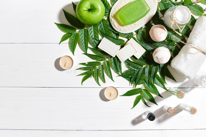 Grupo dos termas com toalha e sabão no fundo de madeira branco com folhas verdes imagem de stock royalty free