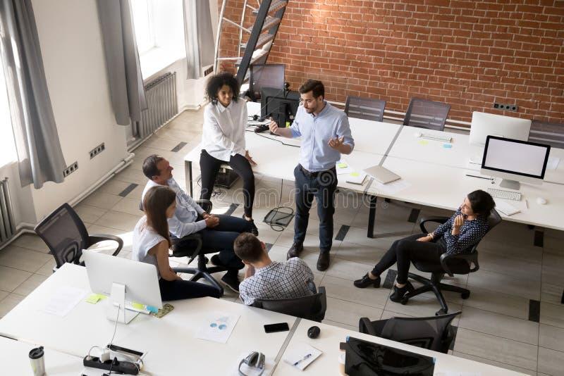 Grupo dos trabalhadores de escritório da diversidade que escuta o líder na empresa m foto de stock