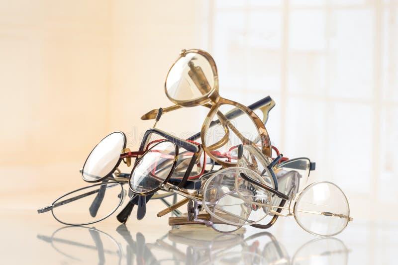 Grupo dos vidros unneeded a reciclar ao terceiro mundo imagem de stock