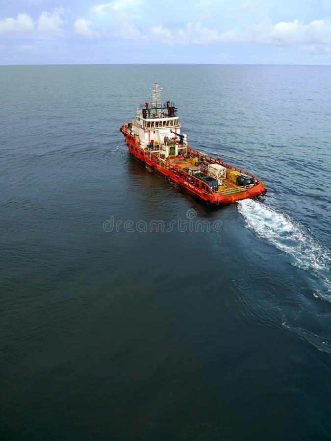 Grupo e barco industriais da fonte para a plataforma a pouca distância do mar do petróleo e gás fotos de stock