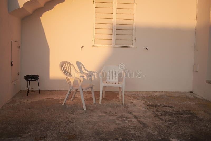 Grupo e cadeiras do BBQ imagens de stock