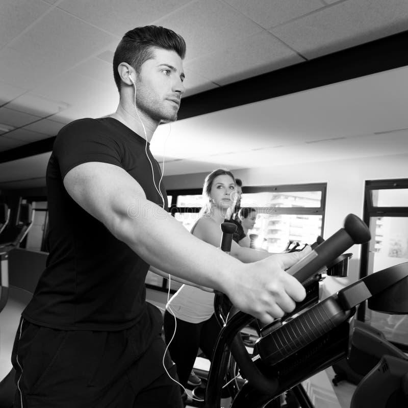 Grupo elíptico del instructor del caminante de los aeróbicos en el gimnasio imagen de archivo