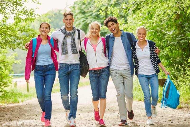 Grupo em caminhar a viagem fotografia de stock