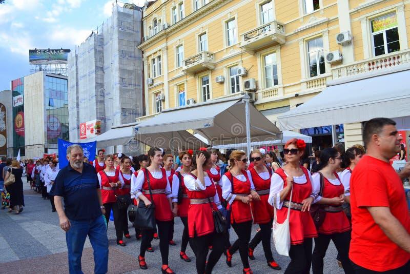 Grupo en el desfile de la calle, Plovdiv, Bulgaria del folclore foto de archivo