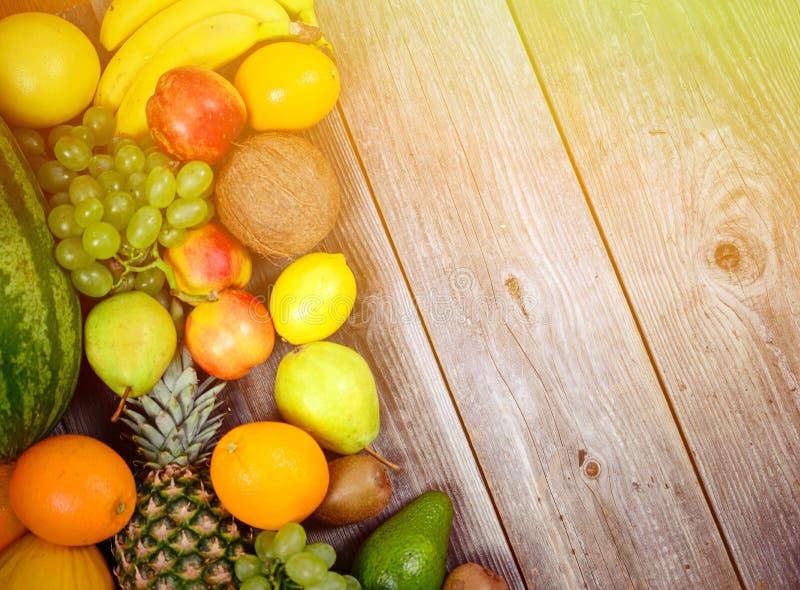 Grupo enorme de fruto colorido fresco no fundo de madeira - tiro de alta qualidade do est?dio imagens de stock