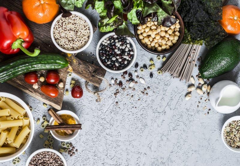 Grupo equilibrado saudável do alimento do vegetariano - cereais, vegetais, frutos, especiarias no fundo cinzento, vista superior  fotos de stock royalty free