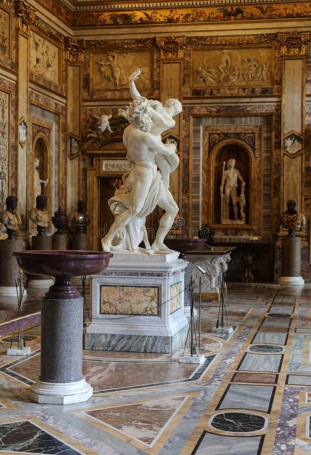 grupo escultural de mármol barroco del artista italiano Gian Lorenzo Bernini, violación de Proserpine en el Galleria Borghese, Ro imagenes de archivo