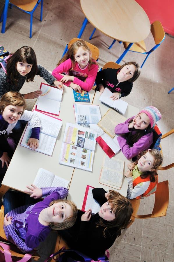 Grupo feliz das crianças na escola imagem de stock