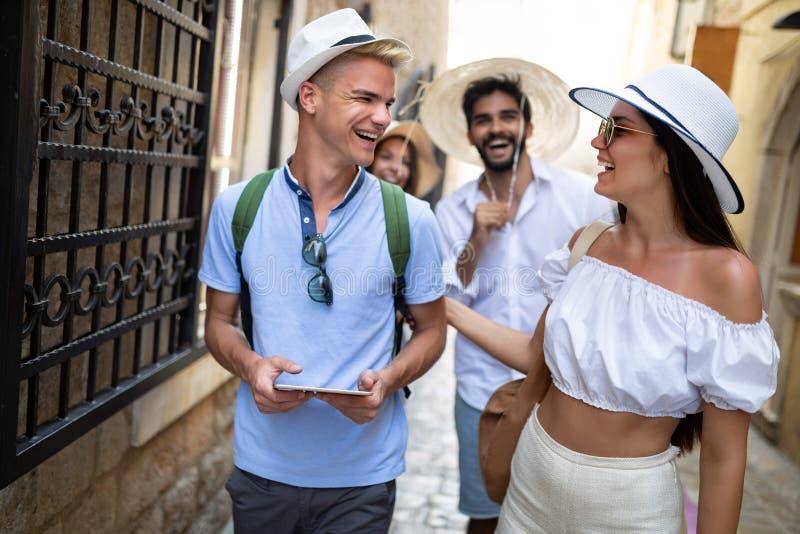 Grupo feliz de amigos que apreciam viagem e f?rias foto de stock