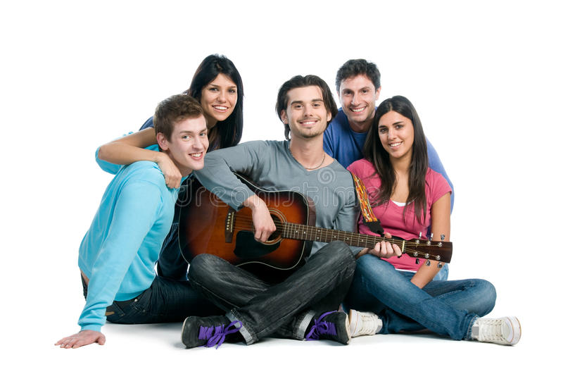 Grupo feliz de amigos que jogam a guitarra imagens de stock royalty free