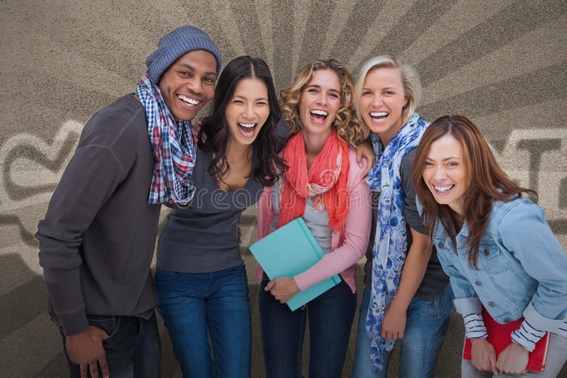 Grupo feliz de amigos que presentan junto imagen de archivo libre de regalías