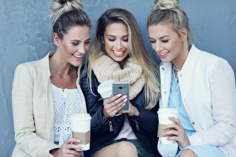 Grupo feliz de amigos que tomam o selfie fora na estação do outono imagens de stock