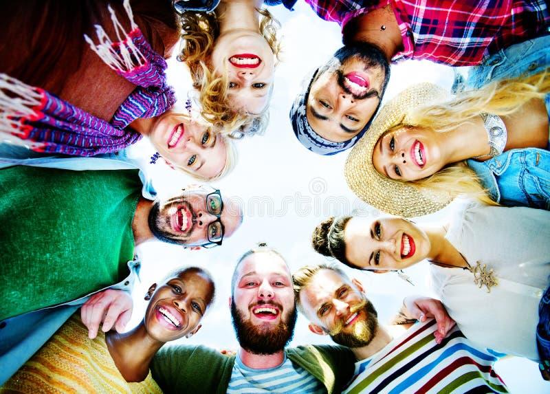 Grupo feliz de concepto de la pieza de los amigos imagenes de archivo